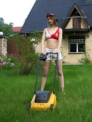Right In The Garden Pretty Teen Girl Displays Everything What She Got. What pics