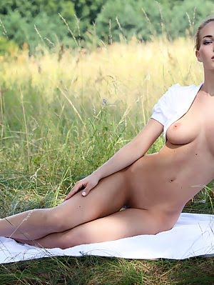 Once Every One Have To Try Out Posing In Wild. Super Slim Cutie Flashes Her Great Looking Fresh Body Cutie pics