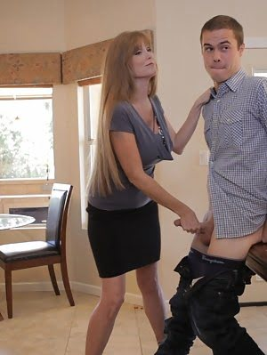 Hot MILF Darla Crane Shows Her Stepdaughter Sammi Bananas How To Suck Cock And Give Her Man The Stif Man pics